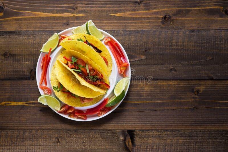Tacos avec le boeuf hach? et les l?gumes Nourriture mexicaine saine photo libre de droits