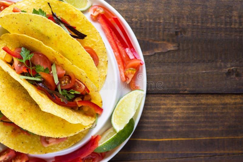 Tacos avec le boeuf hach? et les l?gumes Nourriture mexicaine saine images libres de droits