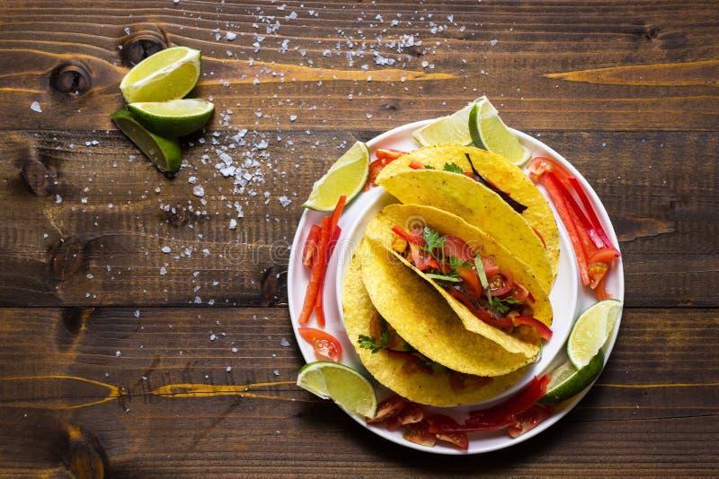 Tacos avec le boeuf hach? et les l?gumes Nourriture mexicaine saine photos libres de droits
