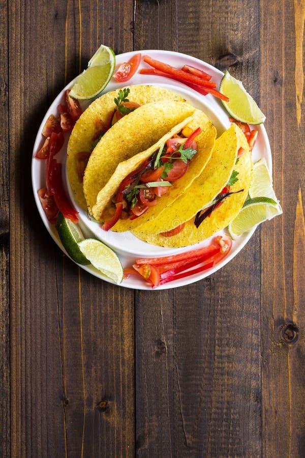 Tacos avec le boeuf hach? et les l?gumes Nourriture mexicaine saine photos stock