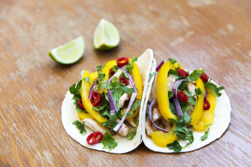 Tacos avec le filet de poulet, les légumes frais et la chaux grillés RU images stock