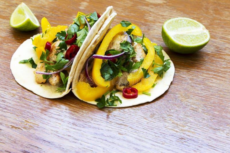 Tacos avec le filet de poulet, les légumes frais et la chaux grillés RU photo stock