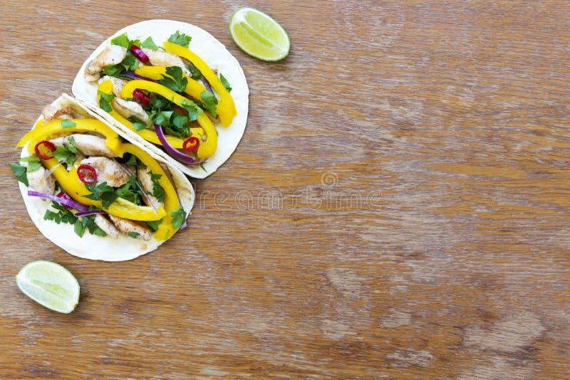 Tacos avec le filet grillé de poulet, légumes frais, chaux sur Rus photographie stock libre de droits