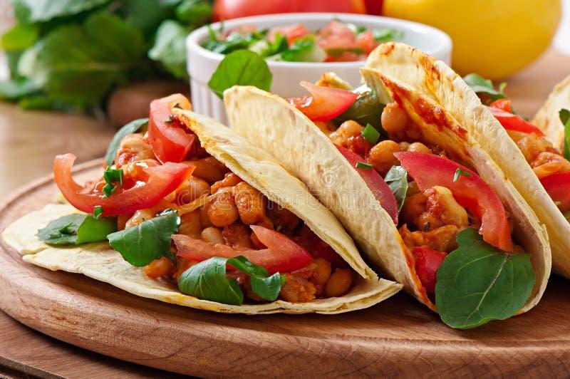 Tacos avec le poulet images libres de droits