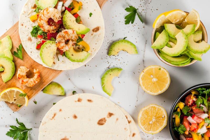 Tacos avec le Salsa et la crevette photographie stock libre de droits