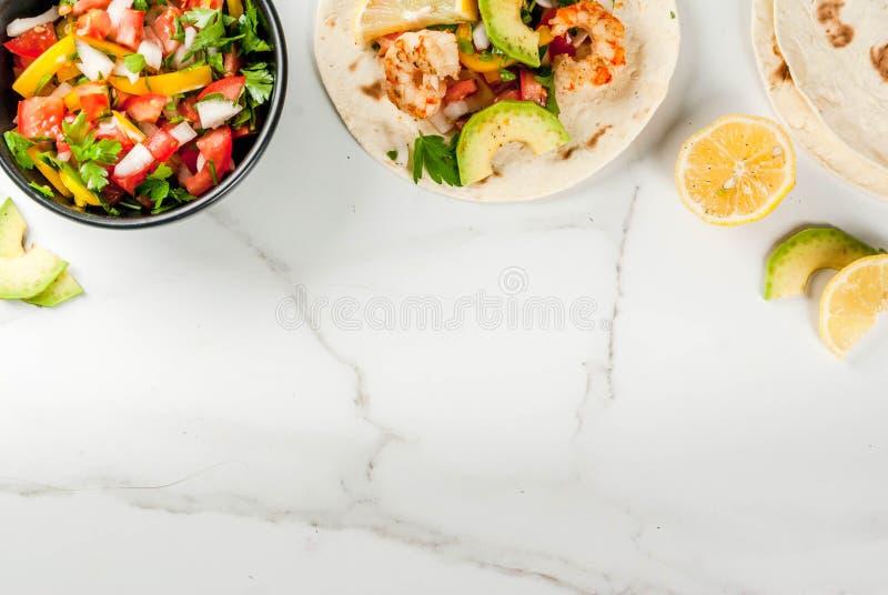 Tacos avec le Salsa et la crevette photo libre de droits