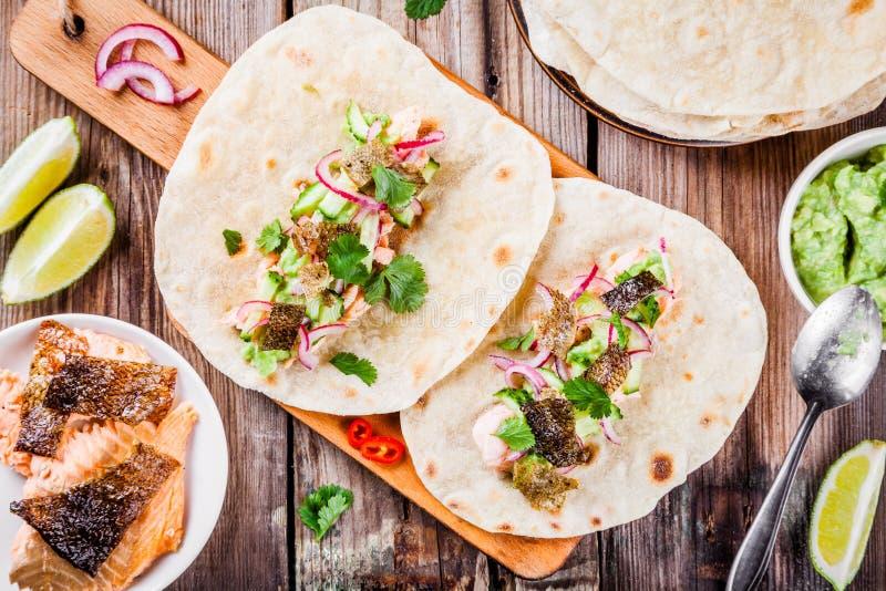 Tacos caseiros com salmões imagens de stock royalty free