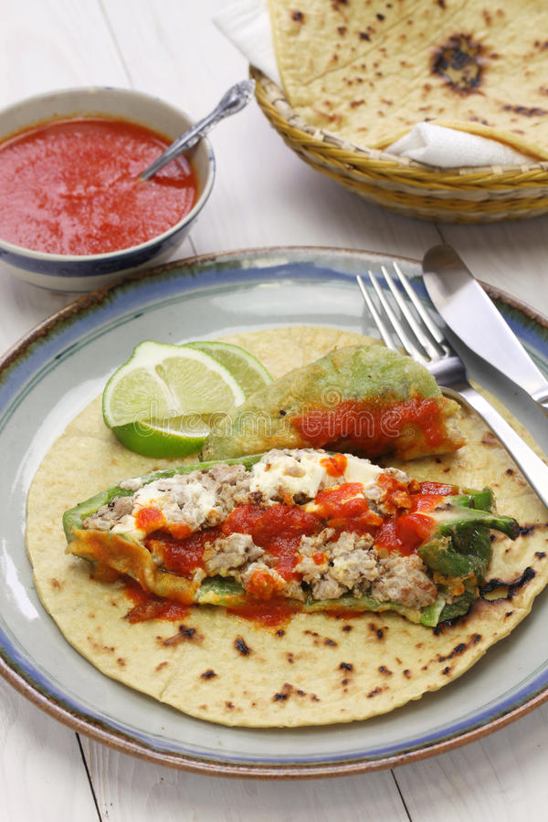 Tacos Chile-Relleno (angefüllter Paprika), mexikanische Küche lizenzfreie stockfotos