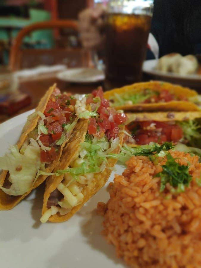 Tacos com arroz mexicano imagens de stock