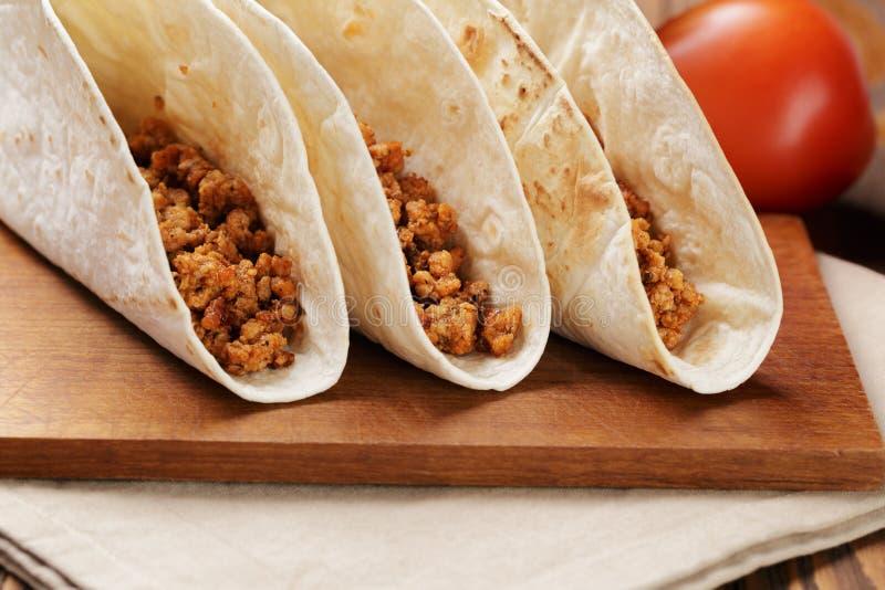 Tacos com carne e pimentões imagem de stock royalty free
