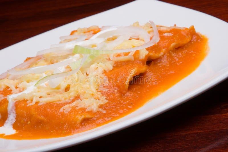 Tacos com molho vermelho. Close-up fotografia de stock