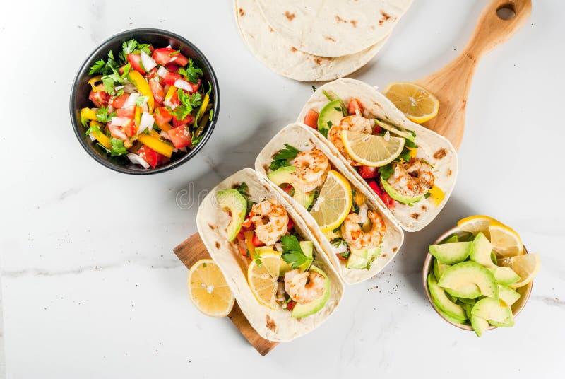 Tacos com salsa e camarão imagem de stock