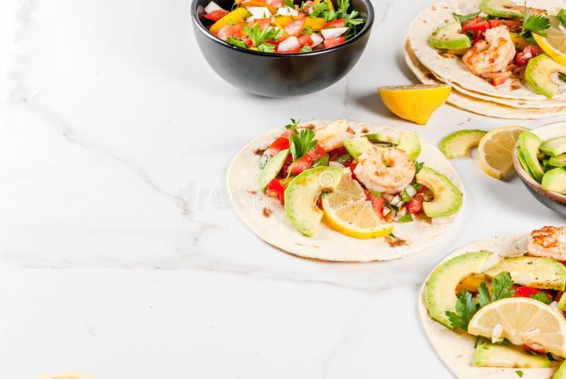 Tacos com salsa e camarão fotografia de stock royalty free