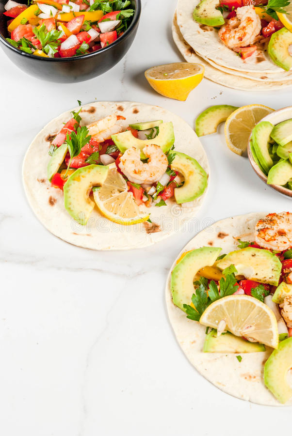 Tacos com salsa e camarão imagens de stock