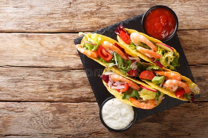 Tacos croustillant de ma?s avec les l?gumes frais et les sauces de fruits de mer en gros plan vue sup?rieure horizontale images stock