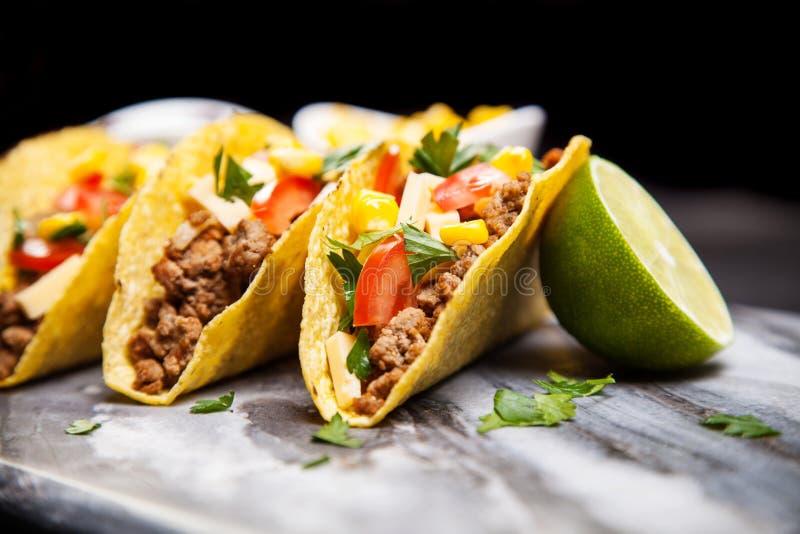 Tacos délicieux avec du boeuf photographie stock