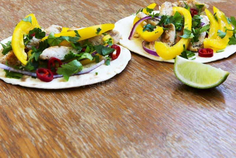 Tacos délicieux avec le filet grillé de poulet, légumes frais, l photographie stock