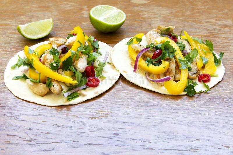 Tacos délicieux avec le filet grillé de poulet, légumes frais, l image libre de droits