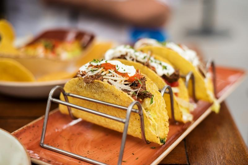 Tacos de boeuf au restaurant photos libres de droits