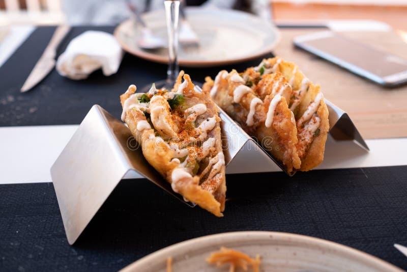 Tacos de crevette avec le guacamole sur l'appui en métal image stock