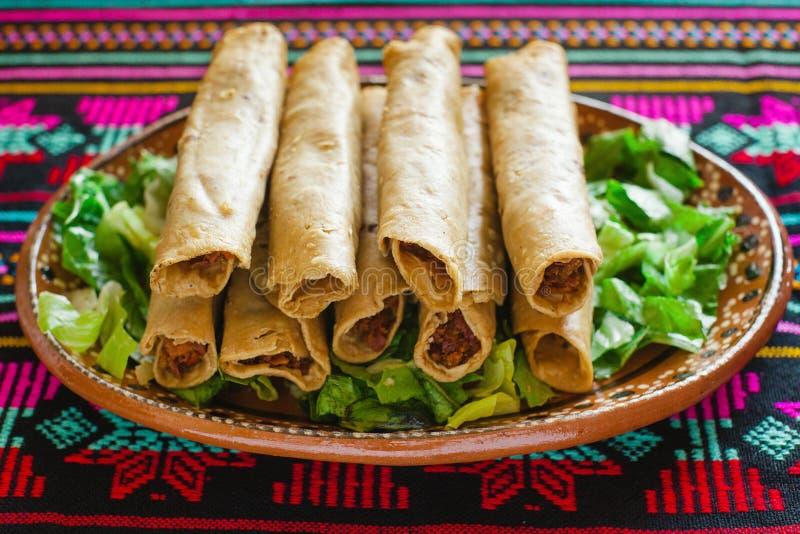 Tacos de Flautas de pollo et Mexicain fait maison Mexico de nourriture de Salsa photos stock
