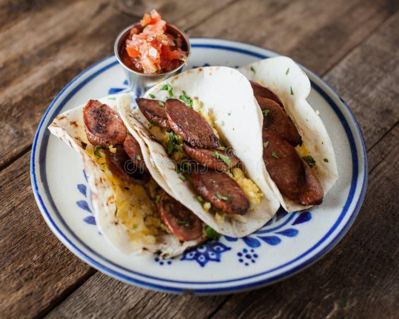 Tacos de petit déjeuner avec des tacos, des oeufs et le cilanro de saucisse de kielbasa image libre de droits