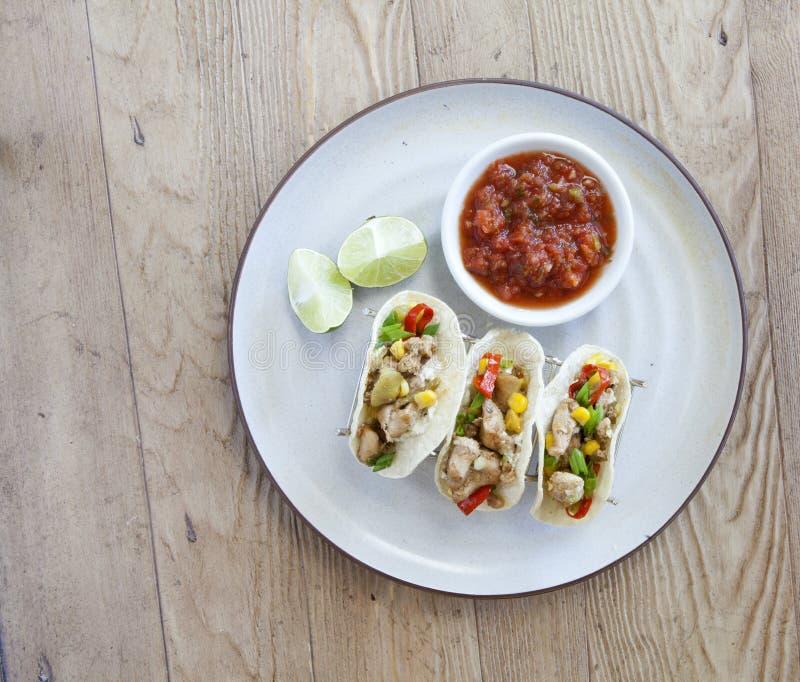 Tacos de poulet grillé avec le Salsa et la chaux image stock