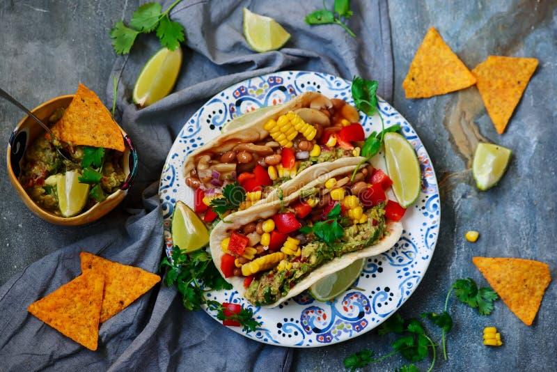 Tacos del vegano con Guacamole y habas Tex-Mex fotografía de archivo libre de regalías