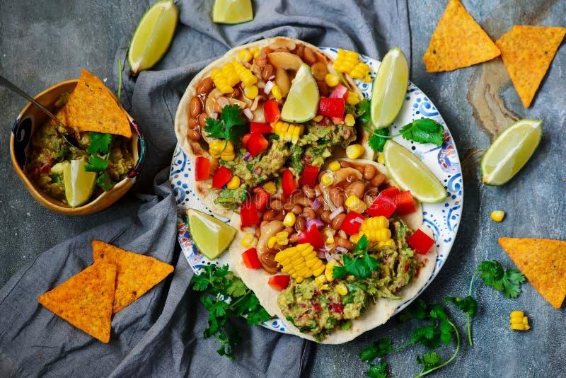 Tacos del vegano con Guacamole y habas Tex-Mex foto de archivo libre de regalías