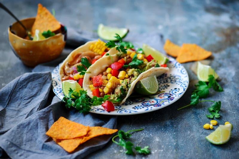 Tacos del vegano con Guacamole y habas Tex-Mex fotografía de archivo