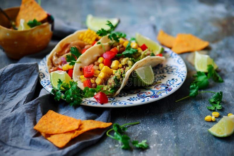 Tacos del vegano con Guacamole y habas Tex-Mex fotos de archivo libres de regalías