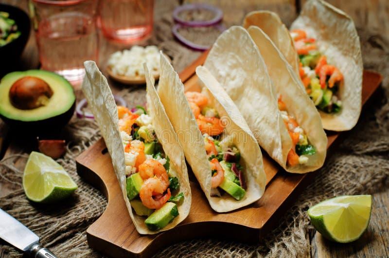 Tacos do camarão com salsa do abacate imagens de stock