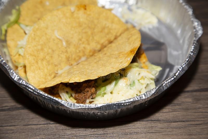 Tacos in einem Takeaway-Behälter lizenzfreies stockbild