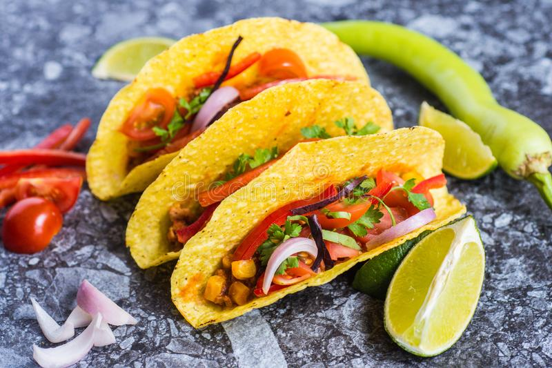 Tacos en comida mexicana colorida de las cáscaras fotos de archivo libres de regalías