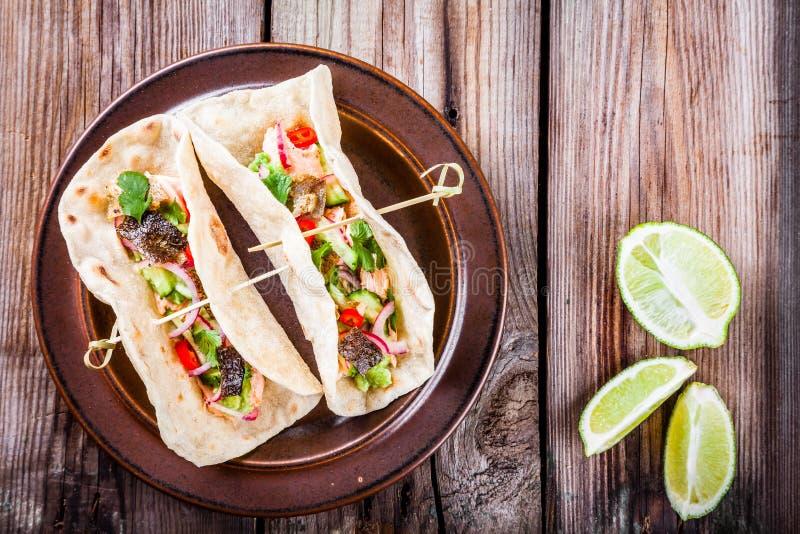 Tacos fait maison avec des saumons photo stock