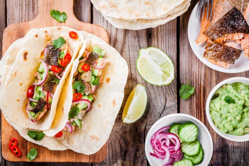 Tacos fait maison avec des saumons photo libre de droits
