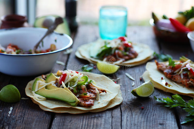 Tacos fait maison de tortillas de nourriture mexicaine avec Pico de Gallo Grilled Chicken et l'avocat photos stock