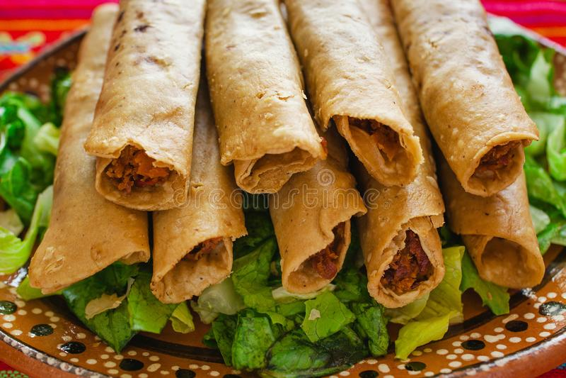 Tacos Flautas de Pollo und selbst gemachter Mexikaner Mexiko City Lebensmittel der Salsa lizenzfreie stockfotografie