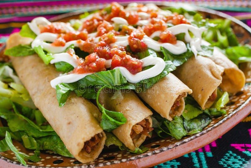 Tacos Flautas de Pollo und selbst gemachter Mexikaner Mexiko City Lebensmittel der Salsa lizenzfreies stockfoto
