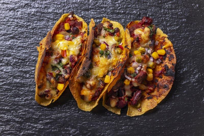 Tacos grelhados na ardósia fotografia de stock royalty free