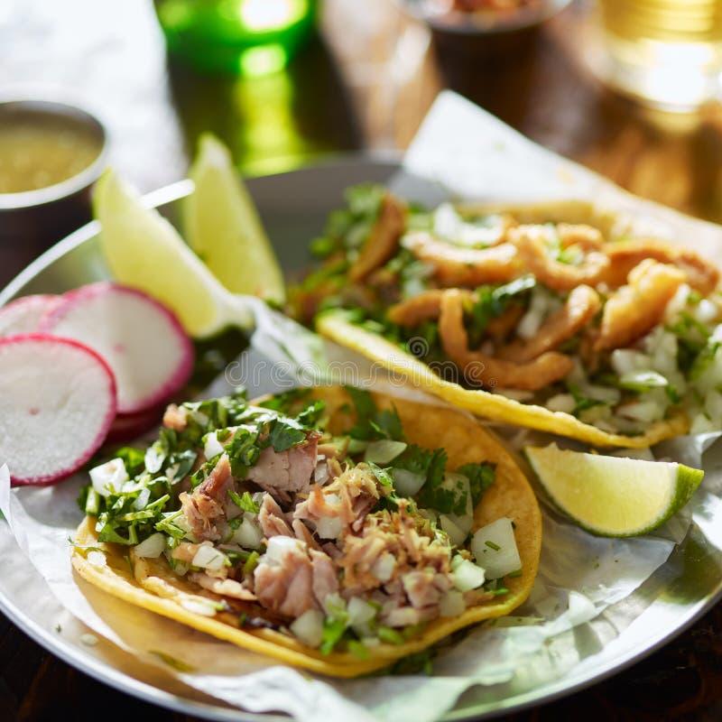 Tacos mexicain authentique de rue avec du porc, le cilantro et l'oignon coup?s photographie stock libre de droits