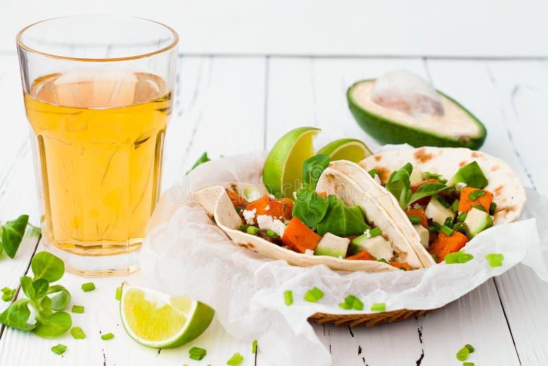 Tacos mexicain avec de la viande, les patates douces et le fromage de cotija image stock