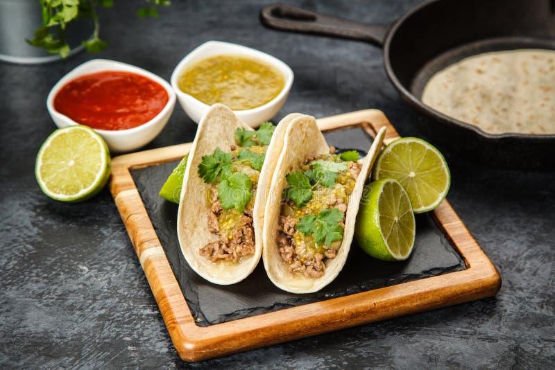 Tacos mexicain avec du boeuf photo stock