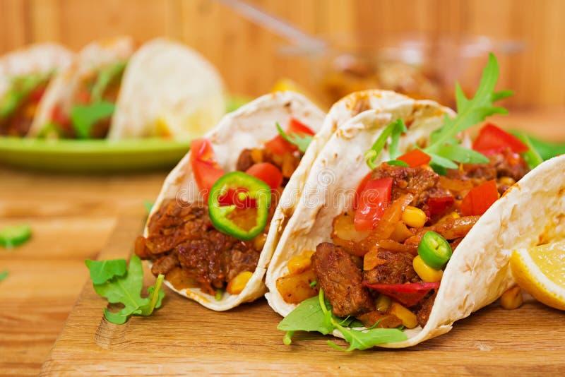 Tacos mexicain avec du boeuf en sauce tomate photo stock