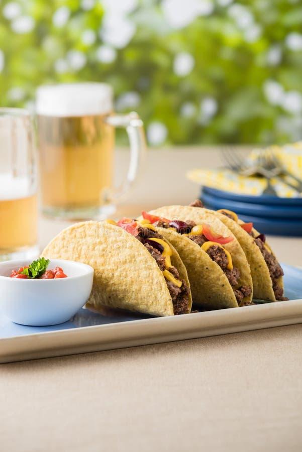 Tacos mexicain avec du boeuf, fromage de cheddar, tomate photographie stock
