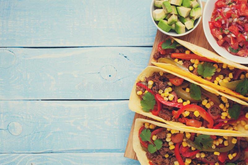 Tacos mexicain avec du boeuf, les légumes et le Salsa hachés Pasteur d'Al de Tacos sur le fond rustique bleu en bois Vue supérieu photographie stock