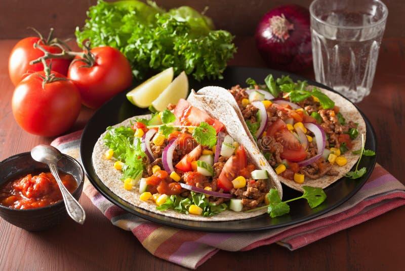 Tacos mexicain avec du maïs d'oignon de Salsa de tomate de boeuf images libres de droits