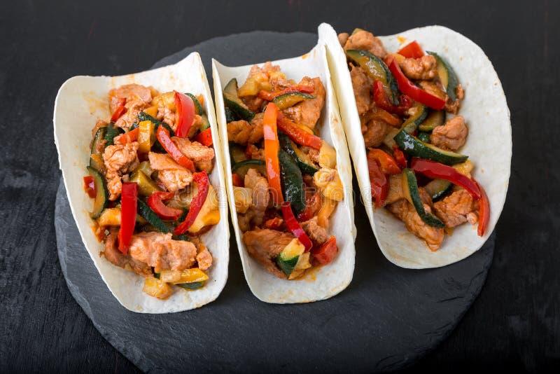 Tacos mexicain avec du porc et des légumes Taco de pasteur d'Al sur la vaisselle d'ardoise image stock