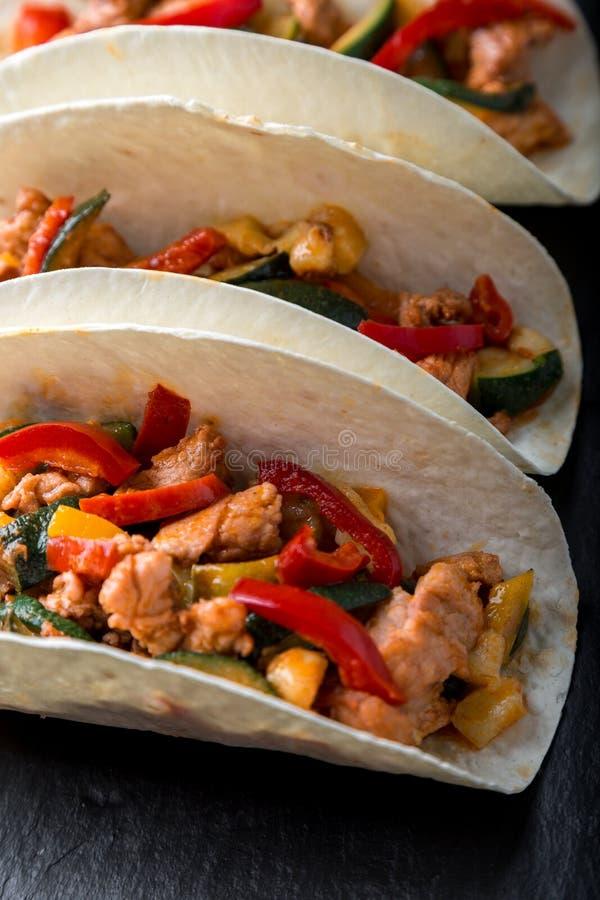 Tacos mexicain avec du porc et des légumes Taco de pasteur d'Al sur la vaisselle d'ardoise Fin vers le haut photo libre de droits
