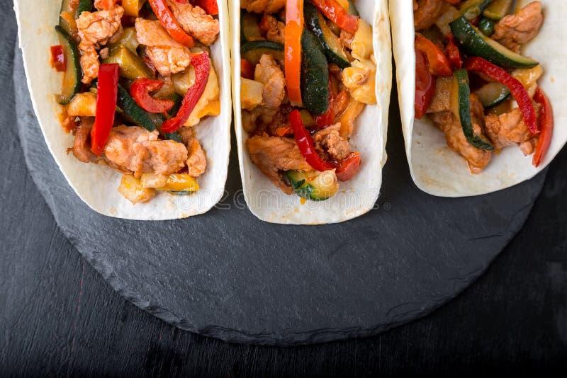 Tacos mexicain avec du porc et des légumes Taco de pasteur d'Al sur la vaisselle d'ardoise Vue supérieure photographie stock